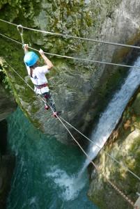 pont de singe et cascade dans le canyon de la Vésubie